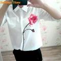Balta moteriška palaidinė su rože